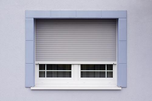 Modernisiertes Fenster mit Rolladen